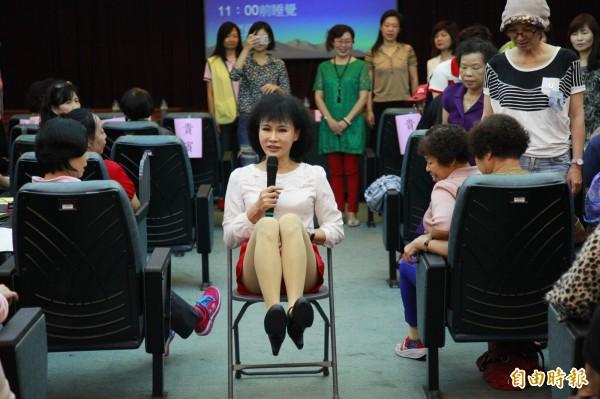 譚敦慈演講時走入群眾,還示範簡易的運動。(記者張菁雅攝)