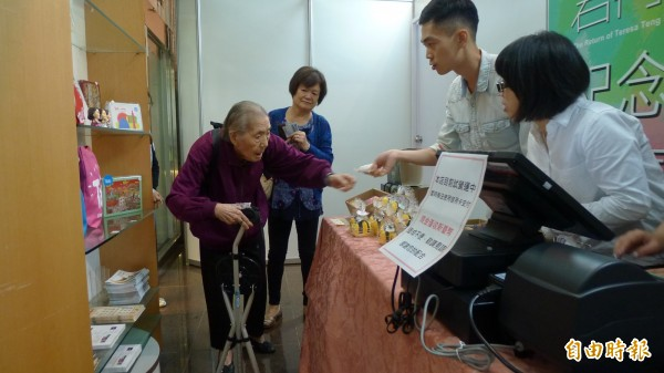 一位高齡近九十歲的韓奶奶,說自己喜歡市長柯文哲,嗡嗡包又是雙肩背,對於手拄拐杖的她、很符合長輩使用習慣。(記者游蓓茹攝)