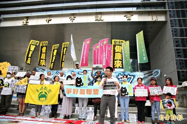 台中市空氣品質越來越低落,公民團體至議會請願,要求儘速通過「生煤管制自治條例」。(記者黃鐘山攝)