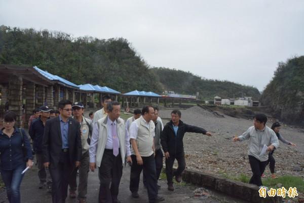 縣長林聰賢(右三)等相關單位,觀看豆腐岬現況。(記者朱則瑋攝)