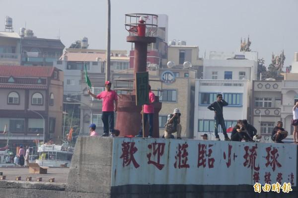 小琉球港邊特有的人體紅綠燈。(記者陳彥廷攝)