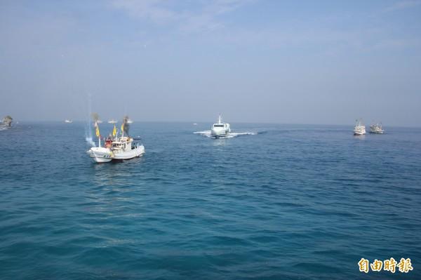 客船(中)候漁船入港。(記者陳彥廷攝)