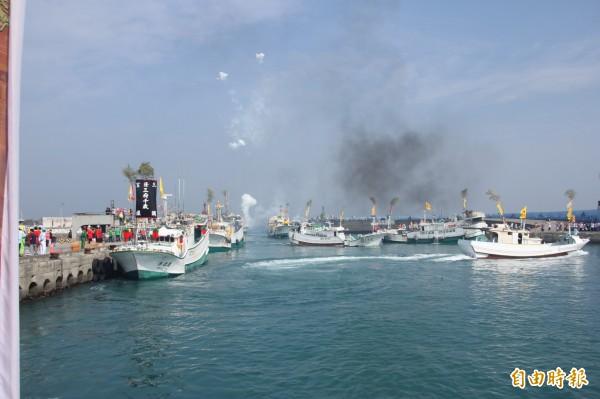 漁船在「人體紅綠燈」的指揮下,魚貫入港。(記者陳彥廷攝)