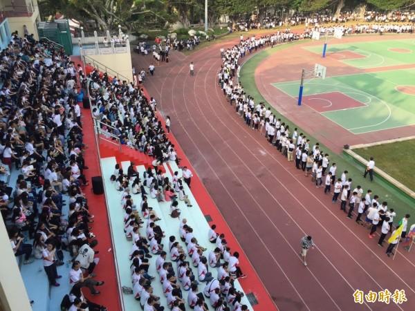 建國科技大學今天起一連3天校慶,首日1萬多名師生操場集合,透過空拍機的鳥瞰角度,呈現萬名學生的壯觀場景。(記者張聰秋攝)