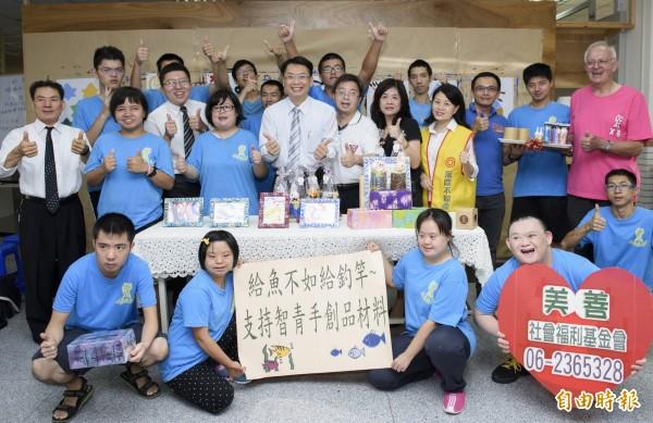 台南市青年創業協會捐贈崇美工作坊的智青一年份的手創品材料及用具,讓智青無後顧之憂。(記者蔡文居攝)