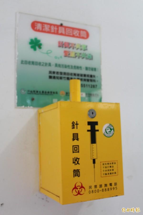 設有保險套販賣機的新竹縣治區內公廁,在這個販賣機的對面是另1個針具回收筒。(記者黃美珠攝)