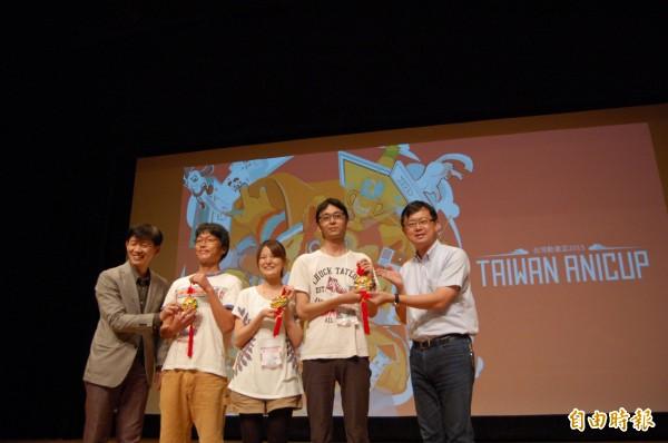 第二屆台灣動畫盃在台南市新營文化中心開幕,南市文化局長葉澤(左一)、台南市議員李退之(右一)致贈紀念品給日本參賽選手。(記者王涵平攝)