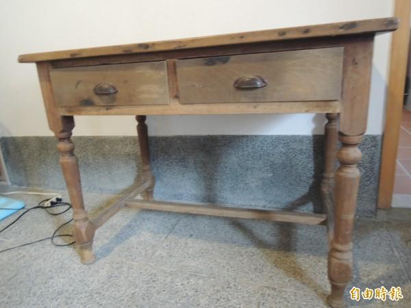 姜家近日意外獲得一位素不相識的收藏家,割愛一張永光公司當年的純手工木桌。(記者廖雪茹攝)