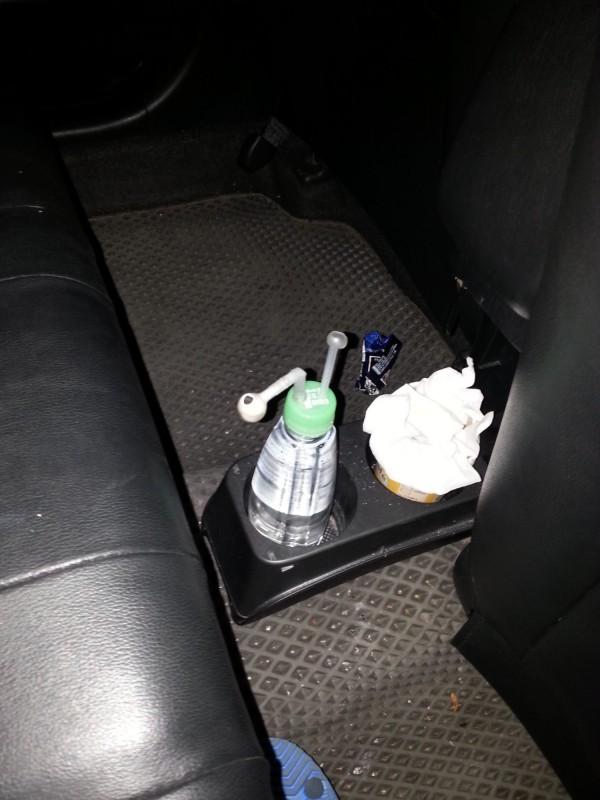 警方在車內起出安毒吸食器。(記者許國楨翻攝)