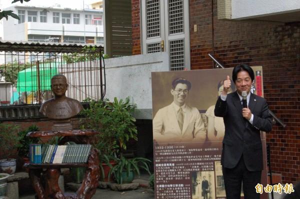 南市歷史名人吳新榮故居掛牌儀式,台南市長賴清德對吳新榮在文學與地方文獻保存的貢獻相當感佩。(記者王涵平攝)