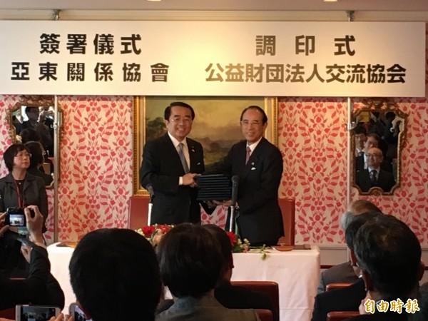 亞協會長李嘉進(左)與日本交流協會會長大橋光夫二十六日在東京簽署台日「避免雙重捰稅」等三項協定。(駐日特派員張茂森攝)
