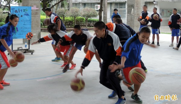 配合南市推動英語為第二官方語言,太子國中籃球隊將英語教學融入籃球運動,球員都覺得很有趣。(記者王涵平攝)