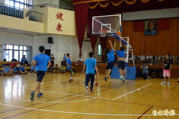全英語籃球培訓營,場上全用英語互動。(記者黃文鍠攝)