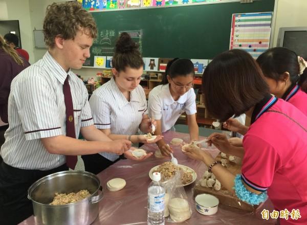 澳洲昆士蘭州克里夫蘭高中師生,到大里爽文國中進行10天的交流,開心體驗包水餃。(記者陳建志翻攝)