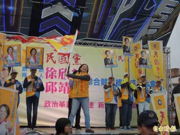 民國黨副總統候選人徐欣瑩授戰旗給新竹縣立委候選人邱靖雅。(記者廖雪茹攝)