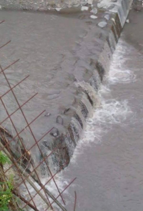 工程排放出來泥漿汙水進入楓港溪。(記者蔡宗憲翻攝)