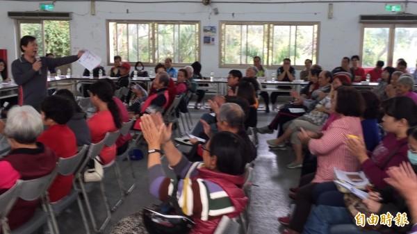 新豐鄉親劉壽生公開表示堅決反對景碩新豐廠,獲得在座鄉親抱以掌聲支持,有人還當場喊「滾」。(記者黃美珠攝)