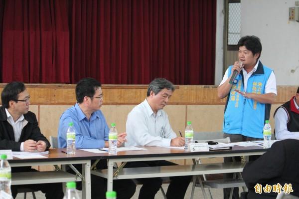 新豐鄉代會主席許秋澤(立者)轉身對景碩代表強調景碩的到來雖然創造了很多的就業機會,但也替鄉親帶來很多的焦慮和困擾。(記者黃美珠攝)