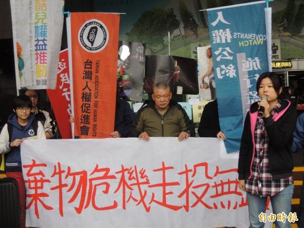 當代漂泊協會等團體今於台北市政府門口抗議,要求市府正視台北車站街友家當無處可放、在公共空間屢被驅趕的問題。(記者葉冠妤攝)