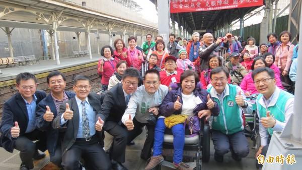 身障團體圓了搭火車到花蓮的夢。(記者蘇金鳳攝)