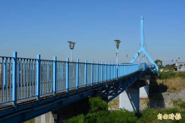 太平自行車專用橋藍色外觀相當醒目,是太平地標。(記者陳建志攝)