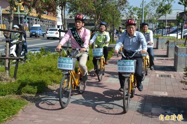 台北市長柯文哲到屏東騎Pbike參觀萬年溪。(記者侯承旭攝)