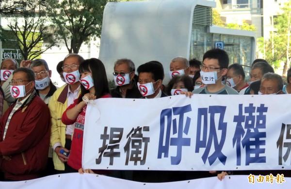 居民戴上口罩抗議。(記者張菁雅攝)