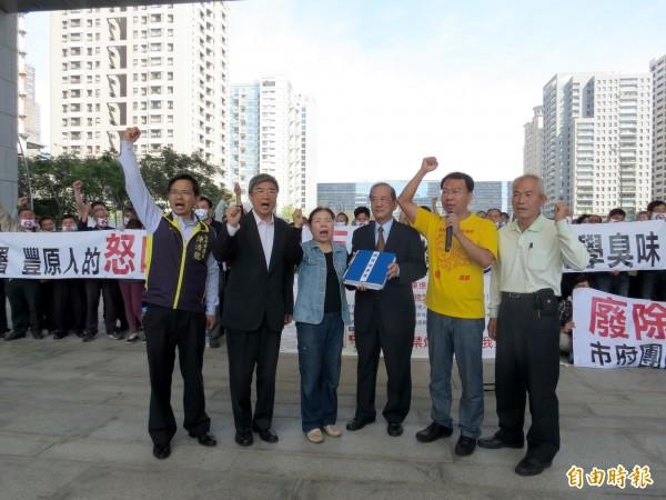 台中市副市長林陵三(右三)出面接受民眾陳情。(記者張菁雅攝)
