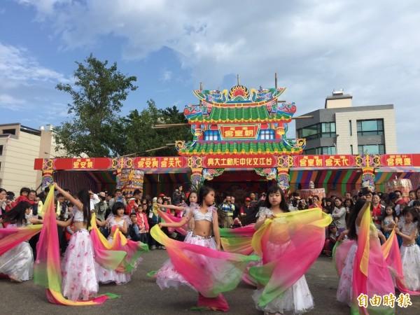 台江分校的文化遶境有別一般陣頭,都是分校訓練的才藝般表演。(記者王捷攝)