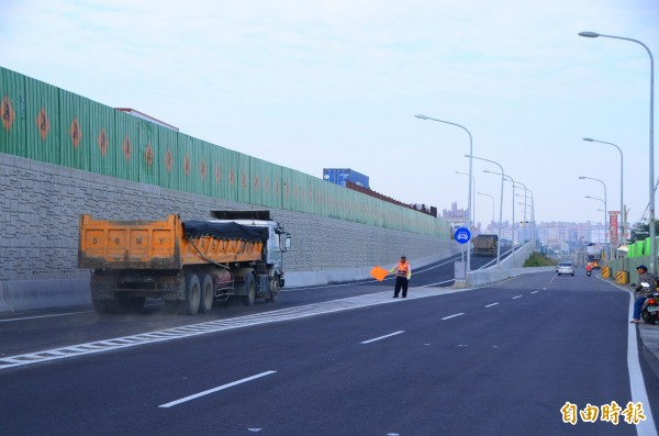中山高大灣交流道北上入口匝道完工,下午3點正式開放。(記者吳俊鋒攝)
