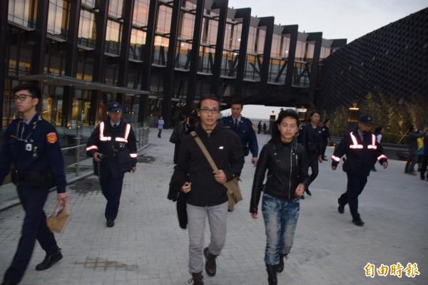 陳儀庭及陳妙婷被警方帶回調查。(記者吳世聰攝)