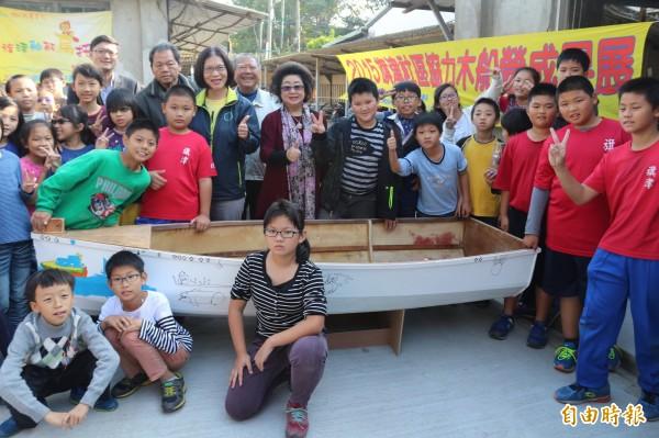 范巽綠(中)與旗津國小師生。參訪位於旗津舢舨文化保存基地的造船學校。(記者洪定宏攝)