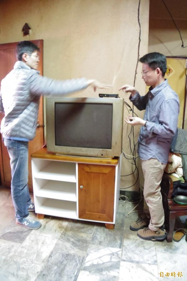 憨老修繕團成員利用自己木工專長,手作電視櫃捐憨老戶。(記者蔡文居攝)