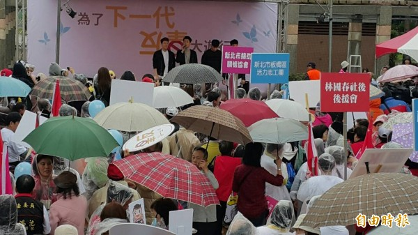 第六選區候選人林國春舉辦反毒遊行,偶像團體 Gentleman挺身代言。(記者何玉華攝)