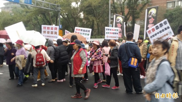 今日下午台聯發動上百人到農委會抗議。(記者林惠琴攝)