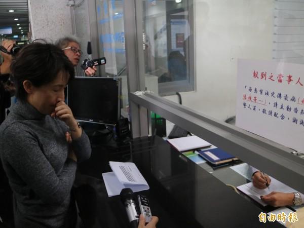 民進黨花蓮縣立委候選人蕭美琴今早到花蓮地檢署按鈴控告國民黨花蓮縣黨部婦女工作會散布不實文宣。(記者王錦義攝)