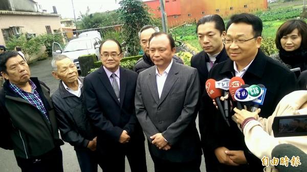 宜蘭縣長林聰賢(左四)表示,自己國家自己救。(記者簡惠茹攝)