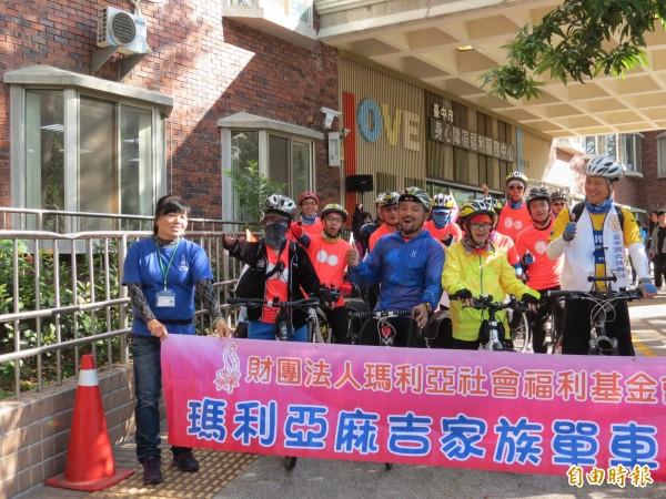瑪利亞基金會的障礙青年組成車隊,展開單車環島。(記者張菁雅攝)