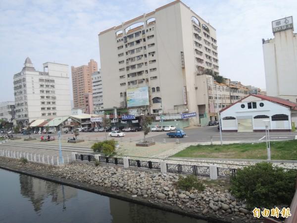 台南舊漁市場(圖右白色建物)位於台南運河畔,旁邊中國城即原運河盲段。(記者洪瑞琴攝)
