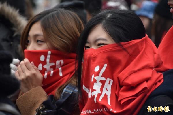 熱衷拍電影的台港兩地年輕人,在刺骨的寒風中圍上頭巾,準備「開麥拉」。(記者蘇福男攝)