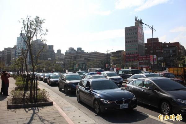 今天天氣狀況佳,吸引人潮上街,中華路右轉忠孝西路因車潮擁擠,交通大排長龍。(記者郭逸攝)