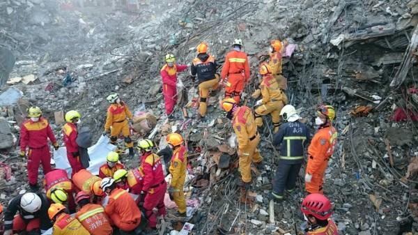 新竹縣,市消防局投入台南地震救災搜救工作,經八天的投入已協助搜救受困人員及尋找到遺體,還調派水車提供民生用水之用。(圖由新竹縣,市消防局提供)