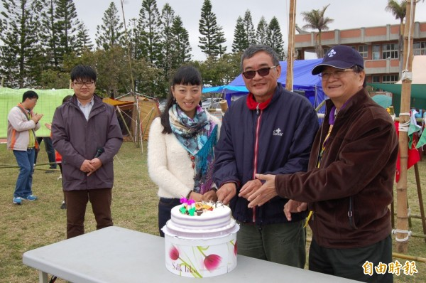 文生中學校長呂松林(右)等人今切蛋糕,慶祝露營活動邁入第20年。(記者陳燦坤攝)