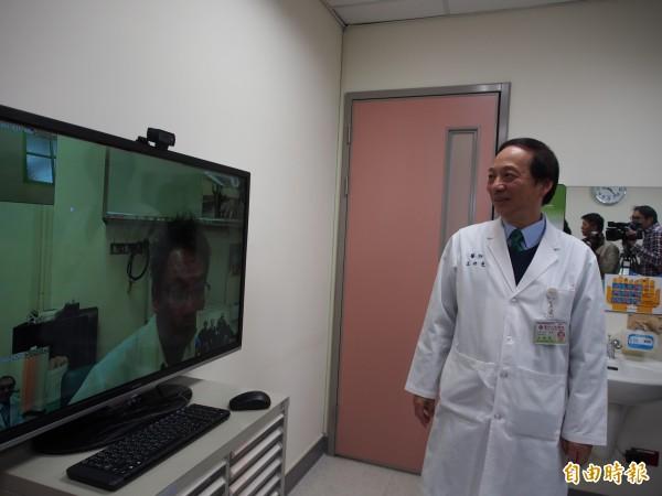 透過遠端視訊,達仁鄉衛生所醫師、病患可直接在台東馬偕醫院神經內科門診診間,與醫師對話、看診。(記者王秀亭攝)