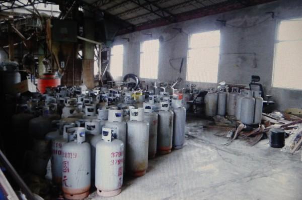 嘉義縣調查站幹員查獲大量過期瓦斯鋼瓶。(記者林宜樟翻攝)