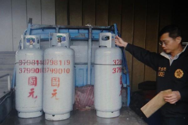 嘉義縣調查站幹員查獲過期瓦斯鋼瓶。(記者林宜樟翻攝)