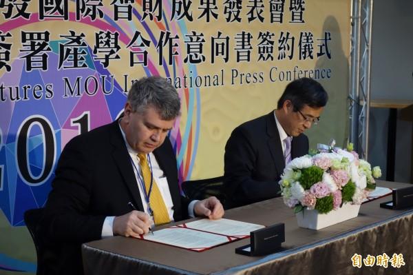 美國高智發明資深總監Murray Vince(左)與台北科技大學校長姚立德(右)雙方共同簽署產學合作備忘錄,未來會將教授的研究專利,投注到國際市場,進行策略聯盟,開拓更大商機。(記者吳柏軒攝)
