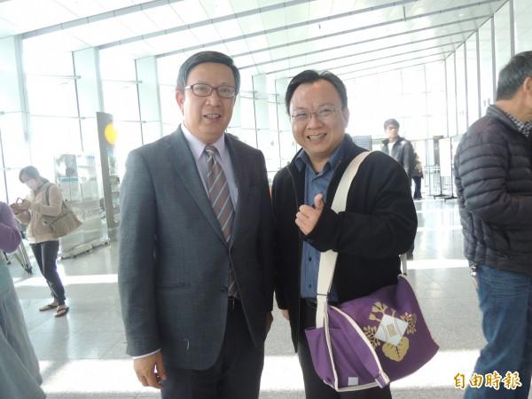 剛好路過的中華郵政公司董事長翁文祺(左)駐足欣賞並給學生熱烈喝采。 (記者廖淑玲攝)