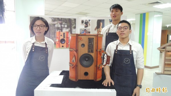 屏科大木科系學生展成果,音箱結合木工,成為可以帶著走的行李。(記者羅欣貞攝)