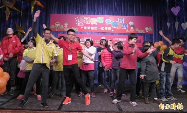 在工作人員帶動下,身心障礙孩子開心地跳舞。(記者張菁雅攝)